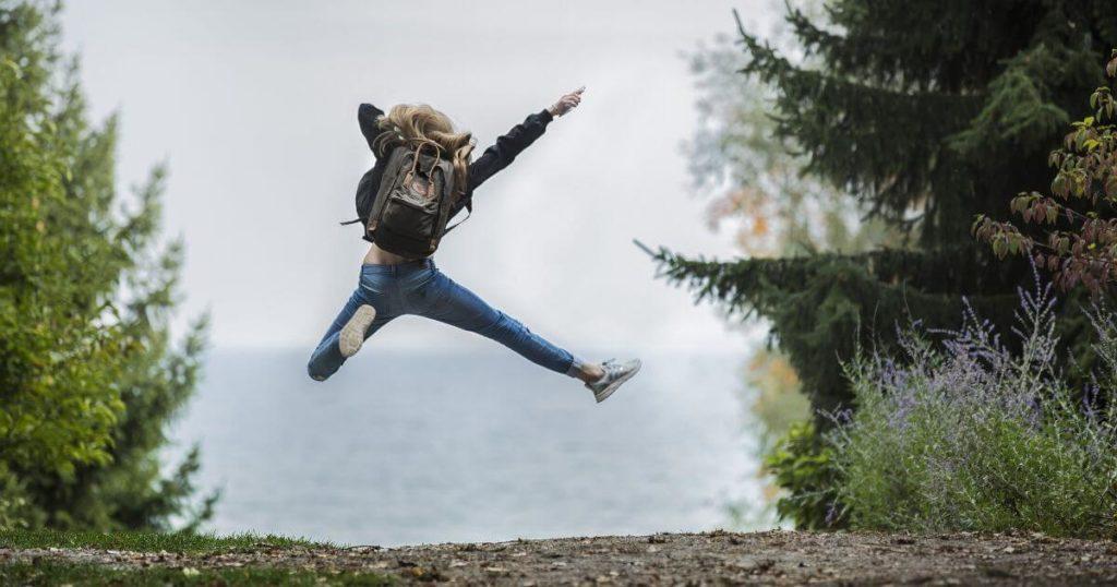 跳ねて喜ぶ女性